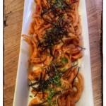 Spaghetti di daikon con pomodori secchi, capperi e alga arame